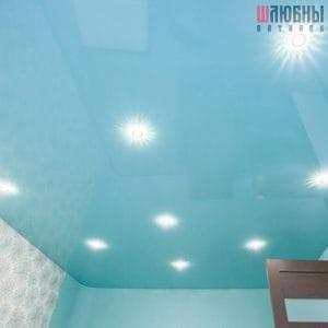 Голубой глянцевый одноуровневый натяжной потолок в Могилеве фото
