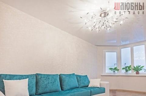 Одноуровневый глянцевый потолок в гостиную в Могилеве фото