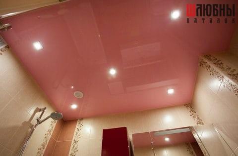 Розовый глянцевый одноуровневый натяжной потолок в санузел в Могилеве фото 1