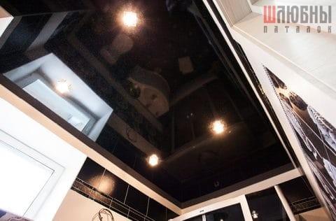 Черный одноуровневый натяжной потолок в санузел в Могилеве фото 1