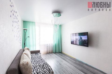 Классический белый сатиновый натяжной потолок в гостиную в Могилеве фото