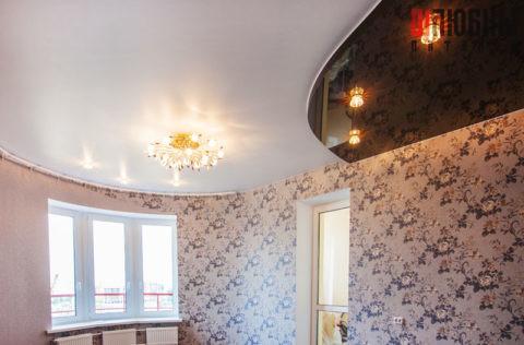 Двухуровневый натяжной потолок в гостиную с белым сатиновым и черным глянцевым полотнами в Могилеве фото