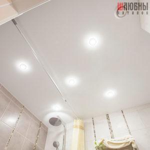 Одноуровневый сатиновый потолок в санузел в Могилеве фото