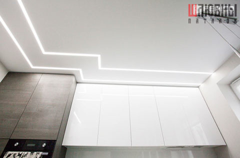 Матовый потолок белого цвета с парящими линиями над кухонной зоной в Могилеве фото